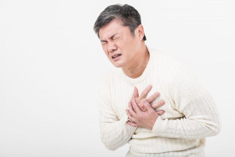 心筋梗塞で胸が苦しい中年男性