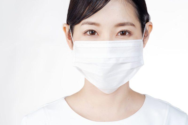 マスクをしながらでもメイクがきれいな女性