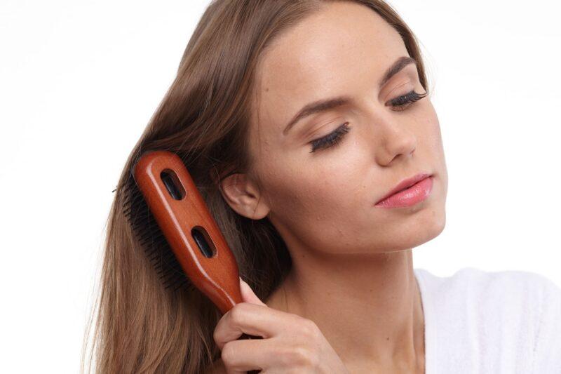 冬の髪の静電気トラブルの原因と対処法 ブラッシング