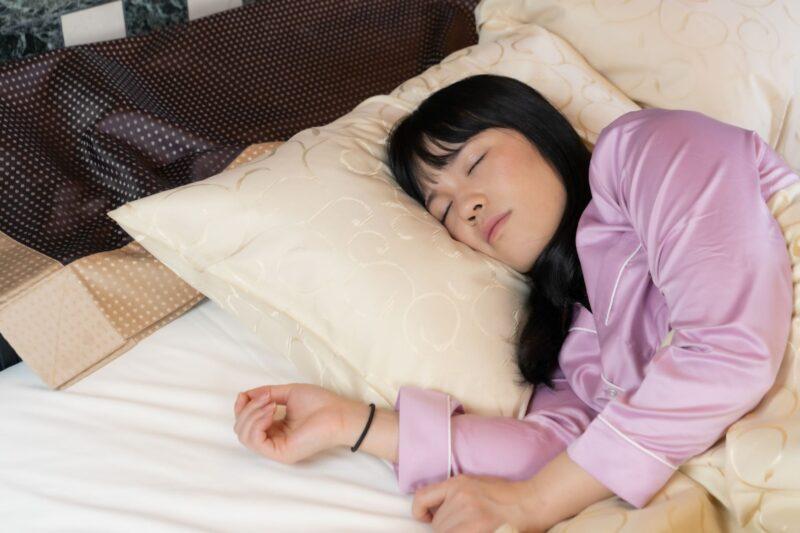 乾燥肌からニキビになる原因とは? 睡眠