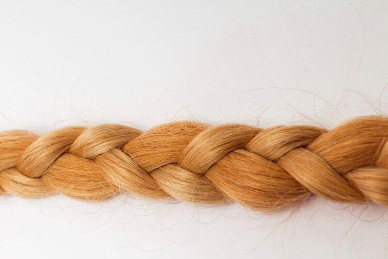 しっかり編まれたキャメル色の三つ編み
