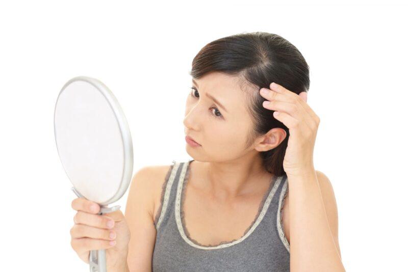 生え際の白髪の様子が気になる女性