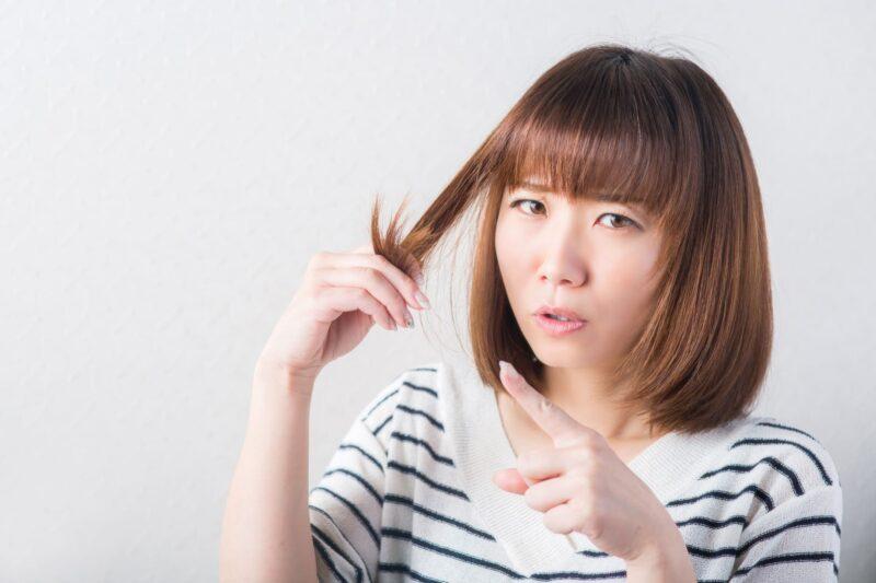 自分の髪の毛先に不満を持っている女子