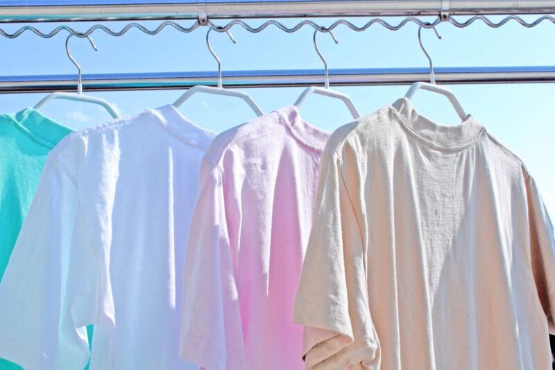 晴れた日によく乾く色とりどりのTシャツ