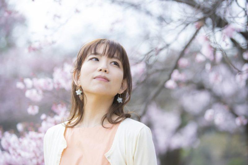 桜の木の下の日本人女性