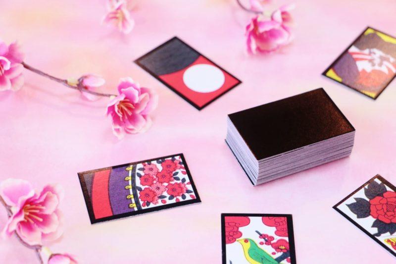 四季折々の絵が描かれた花札と梅の装飾