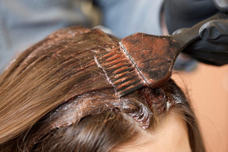 ヘアカラーをすることによって肌が荒れる原因と対策 髪染め