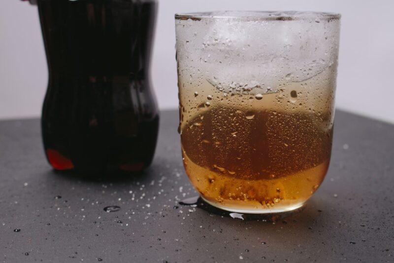 グラスに注がれたコーラとそのペットボトル