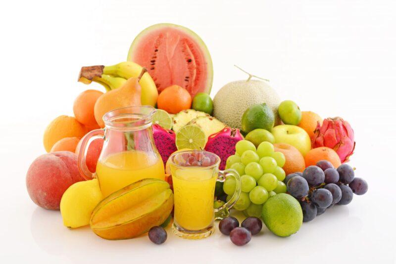 たくさんのフルーツとグラスに注がれたミックスジュース