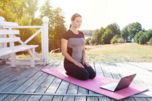 広い庭の中で瞑想をする外国人女性