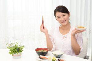 朝食を楽しそうに食べている女性