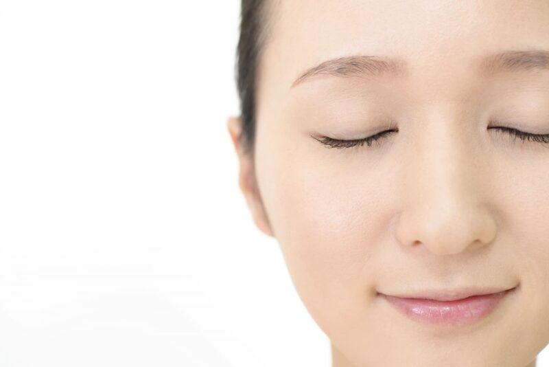 涼やかな顔で目を閉じている女性のアップ