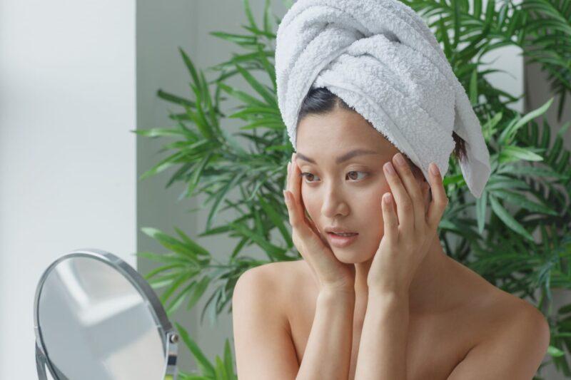 セラミド化粧水を使って変化に驚くバスタオル女性